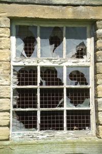 13_04_86-broken-window_web